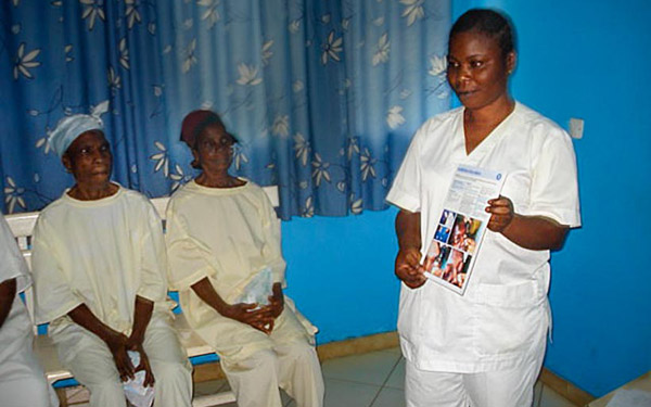 Using the journal in a health talk topatients at the clinic. IVORY COAST. Ferdinand Ama